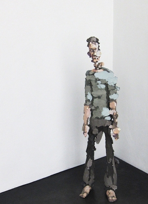 """Vesa-Pekka Rannikko: Ohi. Näyttää 2D, on 3D. Kipsiteoksen lähtökohtana on valokuva, siitä """"liike-epäterävyys""""."""