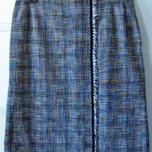 Tein tämän Chanel-tyyppisen puolihameen eräälle tuotesuunnittelukurssille. Tykkään sinänsä, mutta hame on tätä nykyä liian suuri. Ei jaksais ruveta entraamaan − muotolaskokset, vetoketjut, vuorit ja kaikki! This skirt à la Chanel is nowadays just too big.