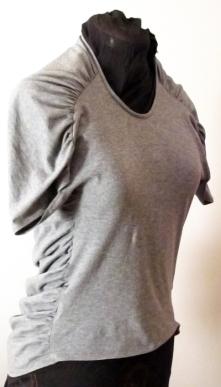 Rakastan japanilaisen Pattern Magic -kirjasarjan kaavoitusoivalluksia! Tässä t-paidassa etukappale on noin kolmanneksen normaalia pienempi ja takakappale kolmanneksen suurempi. Hauskaa! Malli kuitenkin vetää käyttäjänsä huonoryhtiseksi. Etukappale on myös senttejä liian lyhyt − napa vilkkuu! Exciting pattern that makes one's posture look really osteoporotic.
