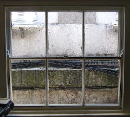 Toimistomme ikkuna antaa Somerset Housen avaralle sisäpihalle.