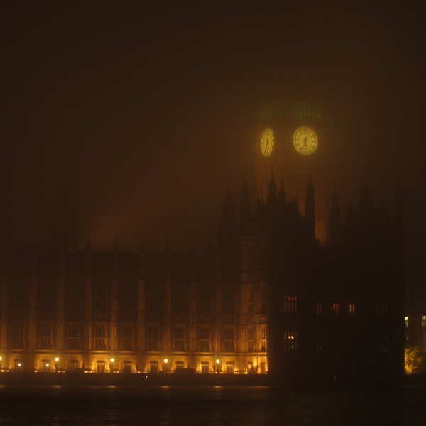 Big Ben ja parlamentti kietoutuvat utuun.