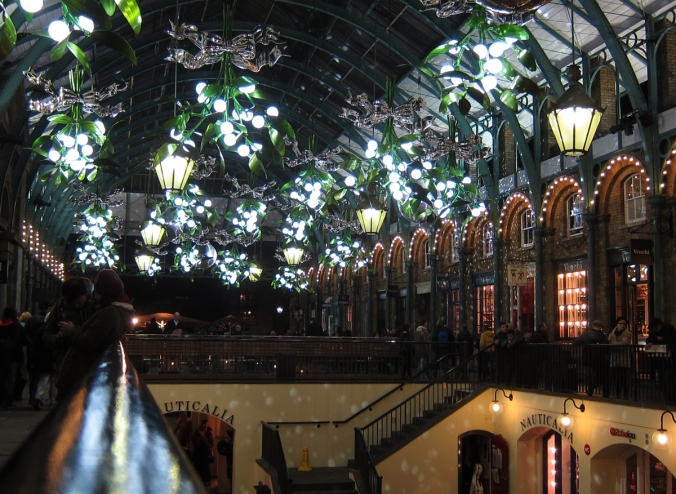 Covent Gardenin katossa on aina upea, kekseliäs koristelu.