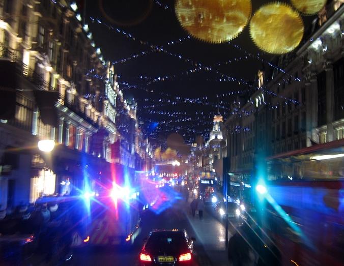 Regent Streetiä aitiopaikalta, tuplabussin kakkoskerroksesta.