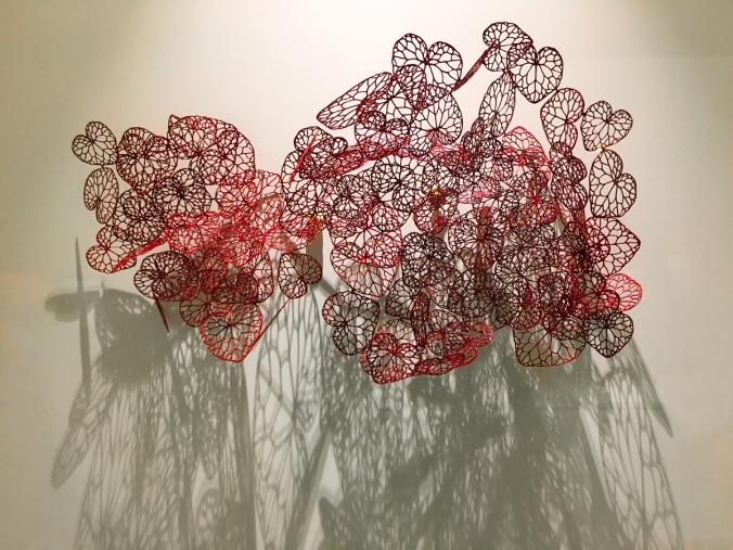 Maria Jauhiaisen rintakoru Hearts vuodelta 2009, esillä Designmuseossa Helsingissä.